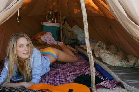 два в палатке групповое ню фото коварные ранения